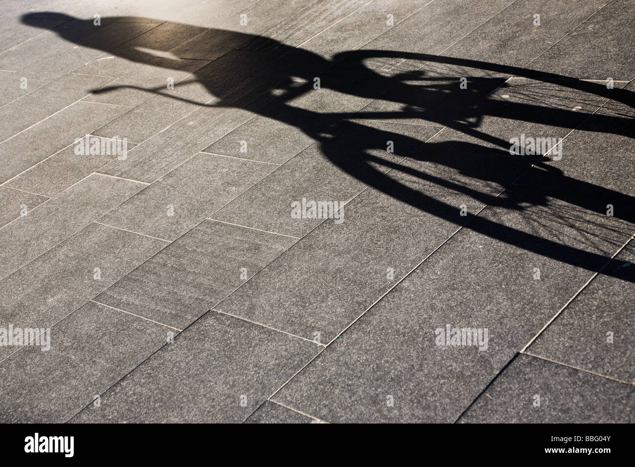 Sombra de una persona andar en bicicleta Imagen De Stock