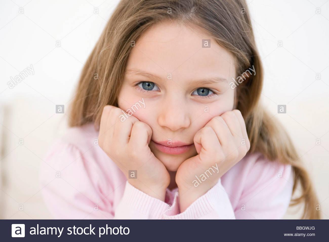 Retrato chica con cabeza sus manos, Foto de estudio Imagen De Stock