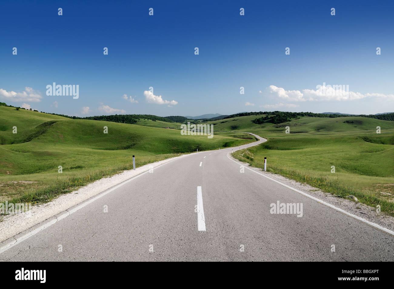 Camino a través de las colinas de Bosnia Herzegovina Foto de stock