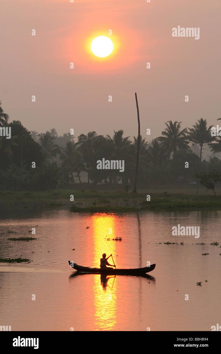 Pescador.temprano en la mañana en los remansos de Kerala, India. Imagen De Stock