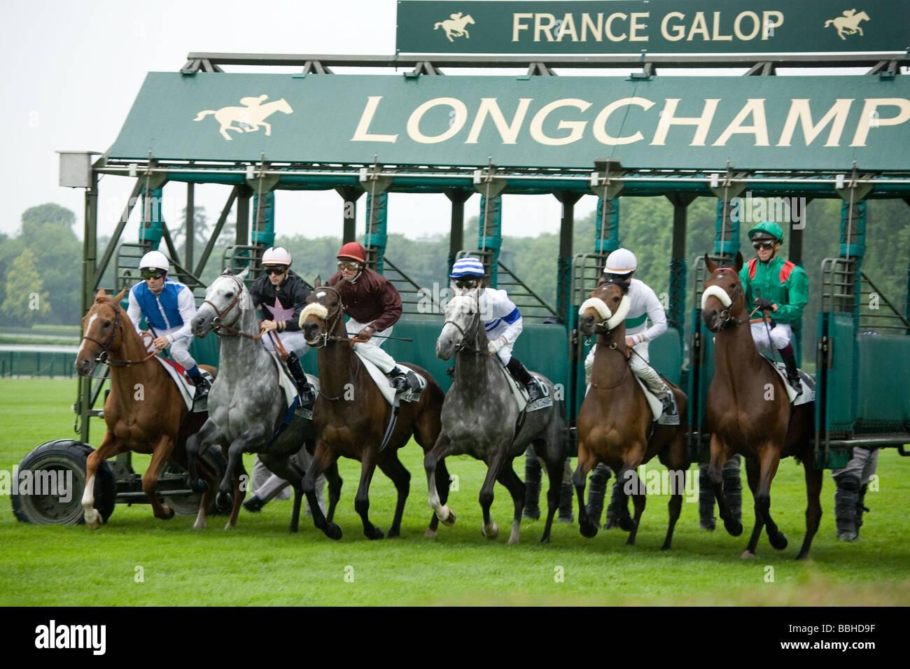 Inicio de una carrera en el hipódromo de Longchamp un domingo a la tarde en París Francia Imagen De Stock