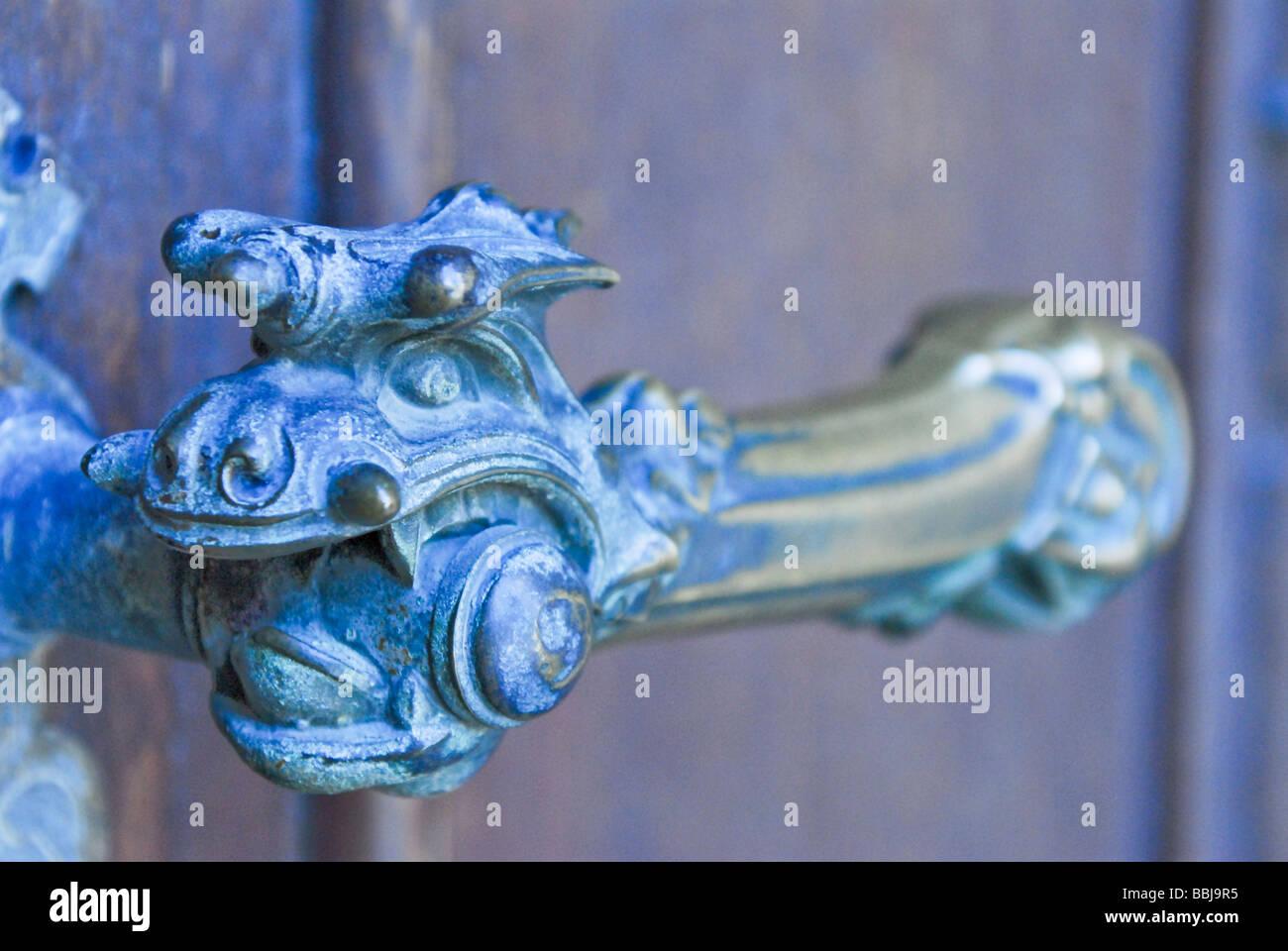 Empuñadura de latón trillada en la puerta de entrada del monasterio Stift Admont Foto de stock