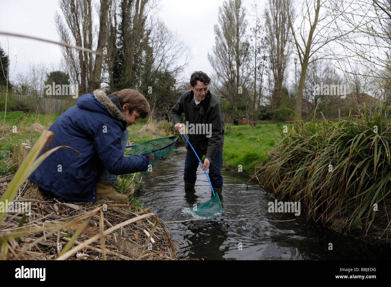 El padre y el hijo la pesca Imagen De Stock