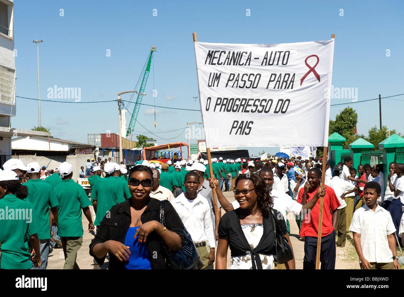 El 1º de mayo rally personas portan una pancarta con el VIH SIDA ribbon Quelimane, Mozambique Imagen De Stock