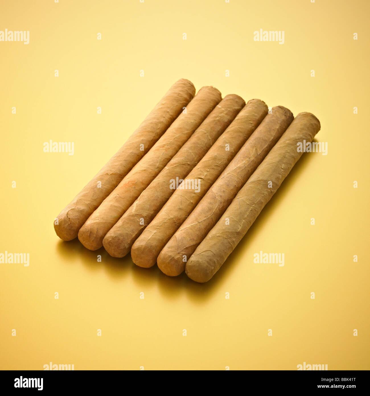 Cigarros sobre fondo dorado. Imagen De Stock