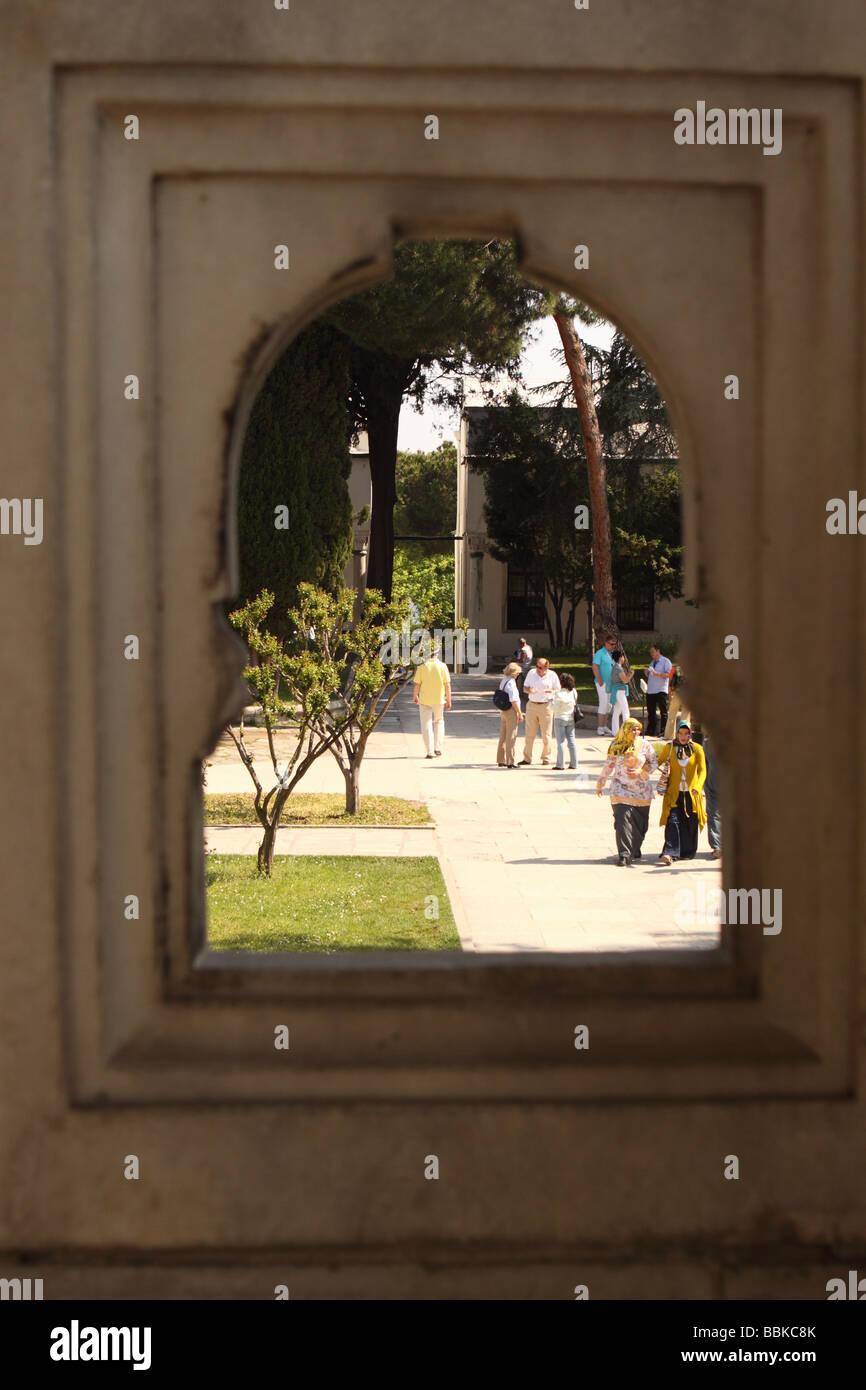 Estambul, Turquía, los turistas visitan los jardines del patio del Palacio de Topkapi vistos a través Imagen De Stock