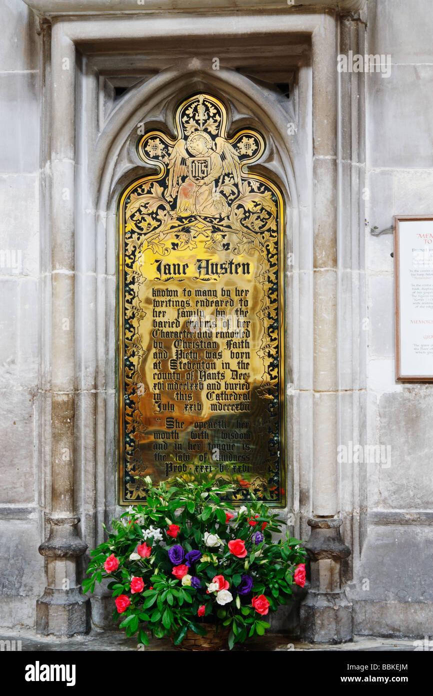 Jane Austen tumba memorial cerca de su tumba en la catedral de Winchester. Imagen De Stock