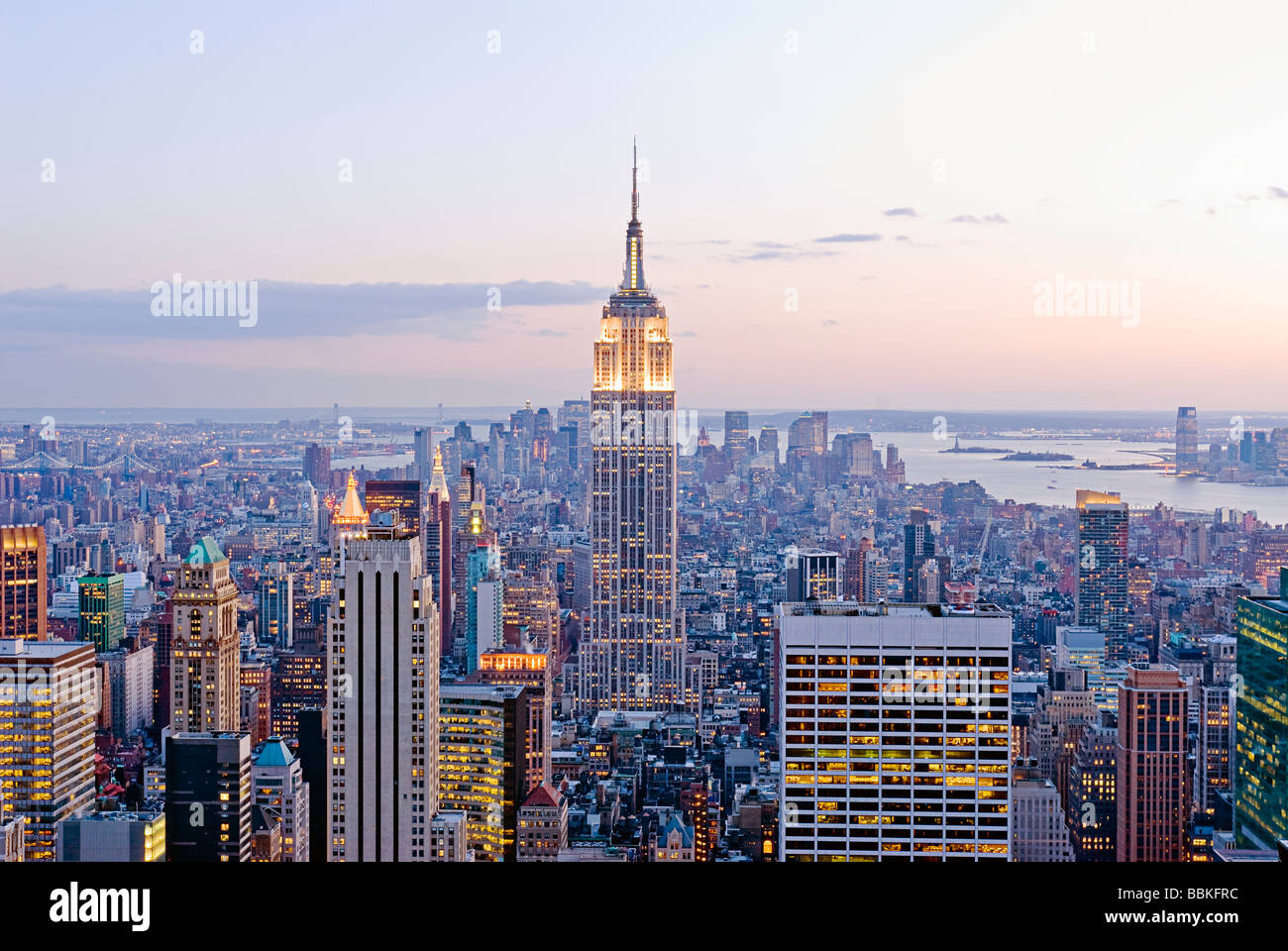Vista aérea de la silueta de Manhattan con el Empire State Building, la ciudad de Nueva York. Imagen De Stock