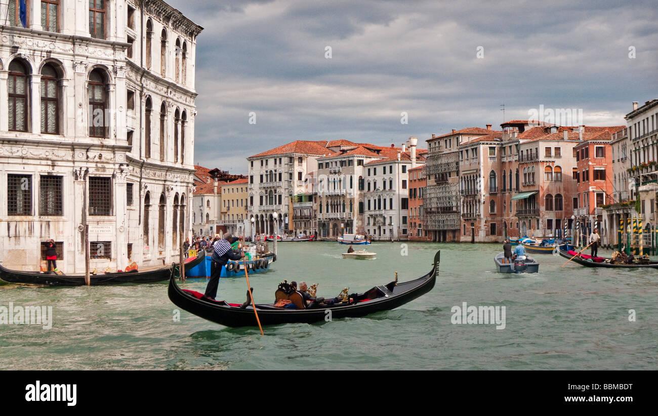 Góndola por el Gran Canal, cerca del Puente Rialto Venecia Italia Imagen De Stock