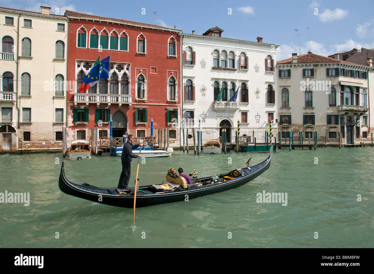 Góndola por el Gran Canal Venecia Italia Imagen De Stock
