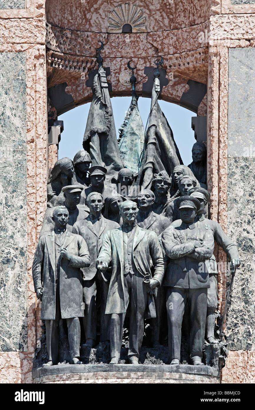 Mustafa Kemal Atatuerk y sus camaradas, monumento de la independencia, de Pietro Canonica, La Plaza Taksim, Beyoglu, Imagen De Stock