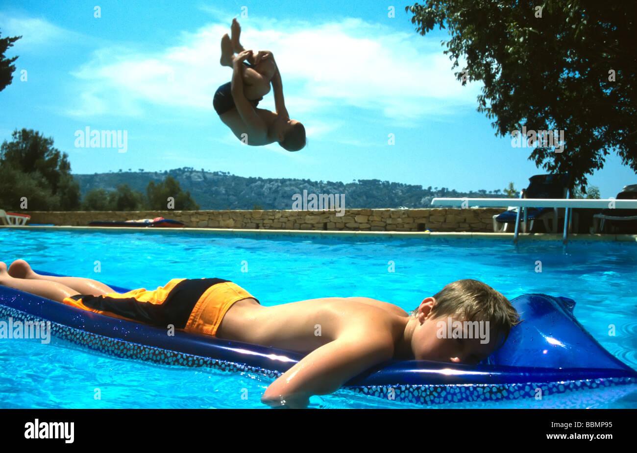 Niños jugando en la piscina de la villa Provence, Sur de Francia. Imagen De Stock