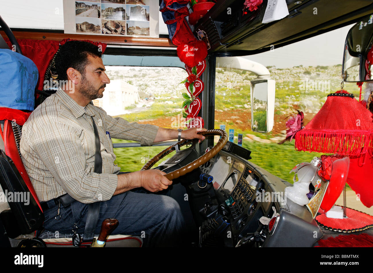Chofer de autobús en una cabina decorada, Siria, Asia Imagen De Stock