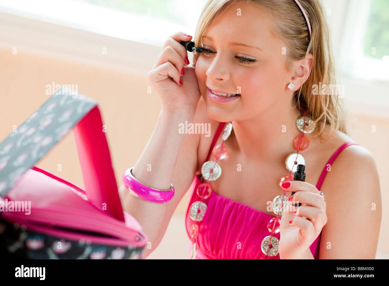 Chica de aplicar el rímel Imagen De Stock