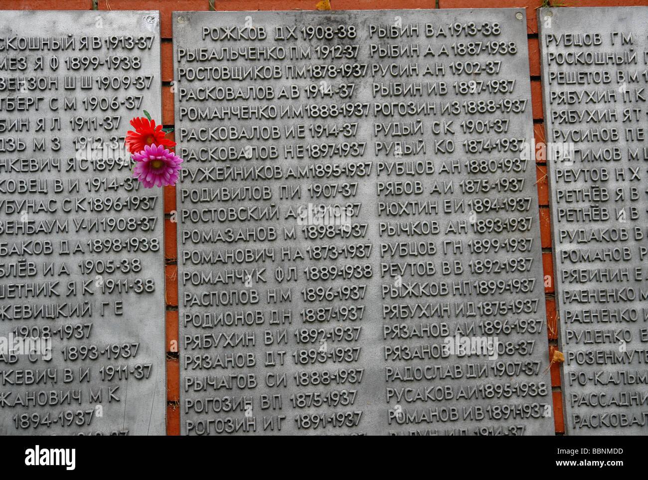 Geografía / viajes, Rusia, política, al oeste de Ekaterimburgo: Memorial con los nombres de las víctimas Imagen De Stock