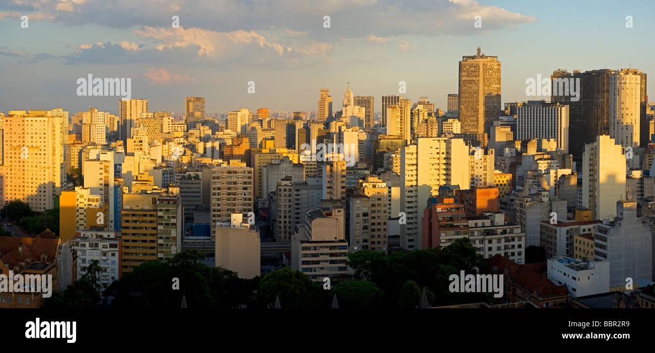 Crepúsculo en la ciudad de Sao Paulo en Brasil Foto de stock