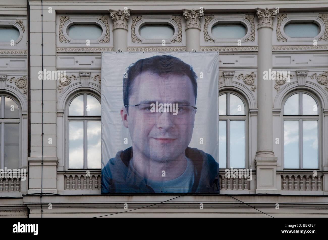 Un cartel colgado fuera de un edificio antiguo en Sarajevo, capital de Bosnia y Herzegovina, Sarajevo Imagen De Stock