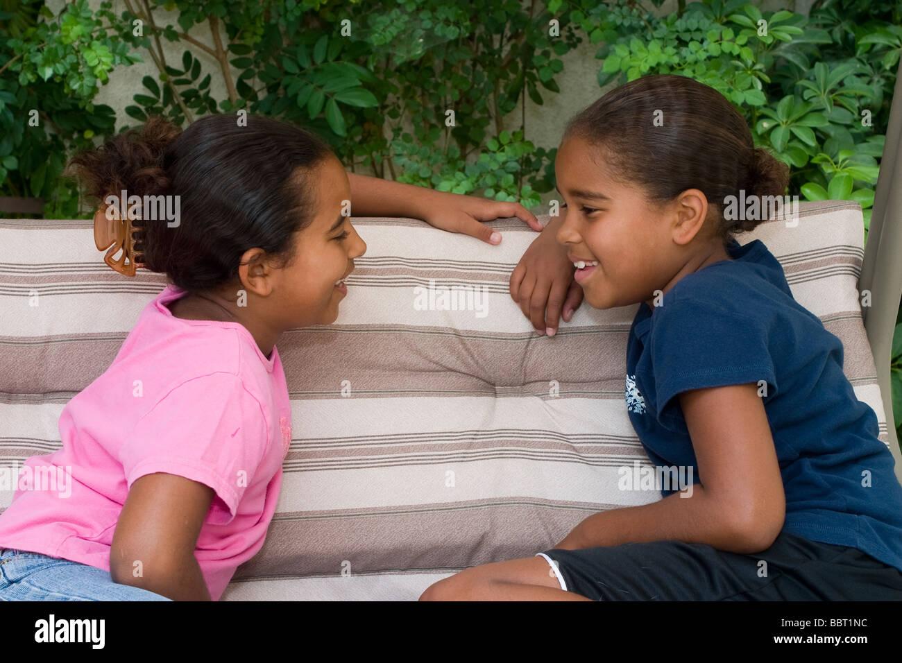 Multi diversidad racial multicultural y diversa racialmente cTwo hermanas 6-7 8-9 años hablando conversar chat Imagen De Stock