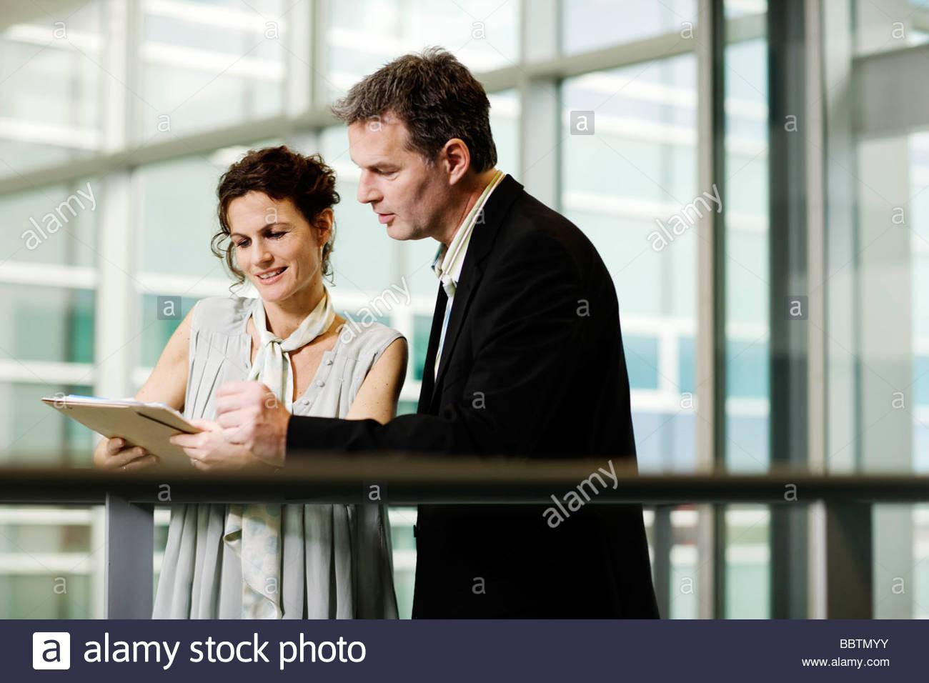 Socios de negocios mirando un archivo Imagen De Stock