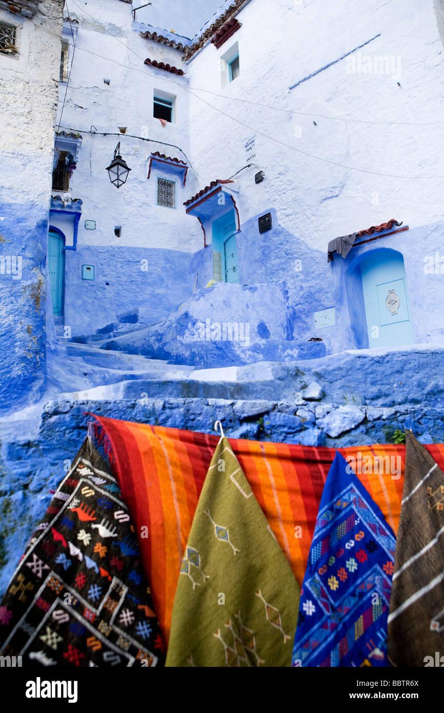 Alfombras colgando en la pared, Chefchaouen, Marruecos Imagen De Stock