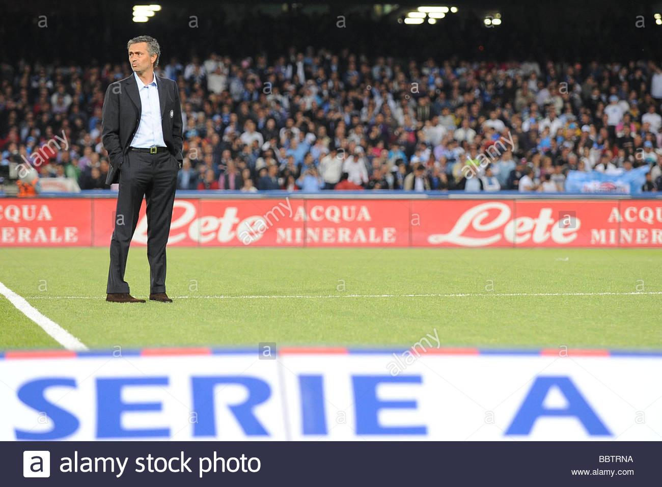 Jose Mourinho Inter Trainer Napoli Imágenes De Stock   Jose Mourinho ... 06efd57ff54ca