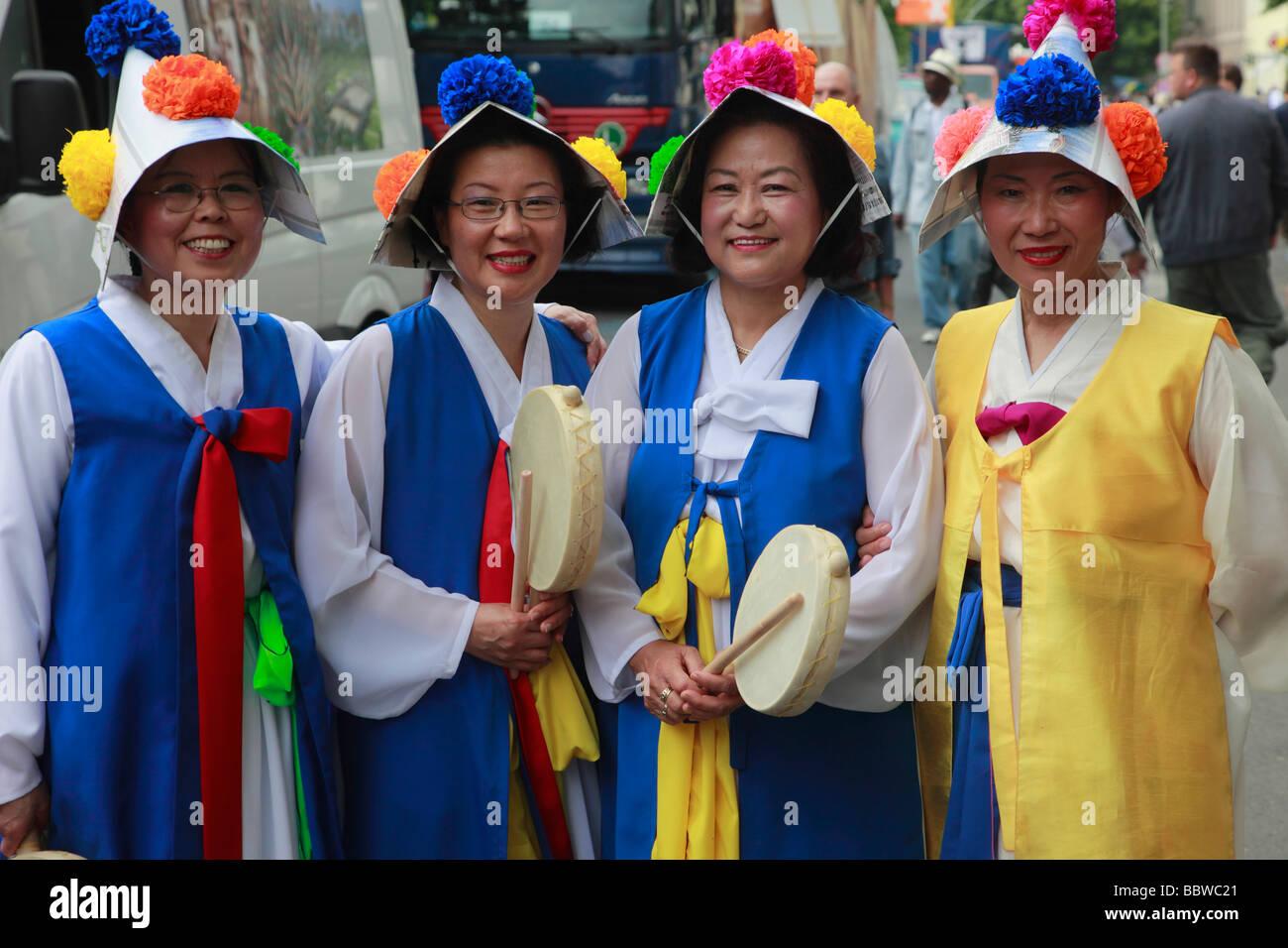 Alemania Berlín Carnaval de las culturas las mujeres coreanas en traje tradicional Imagen De Stock