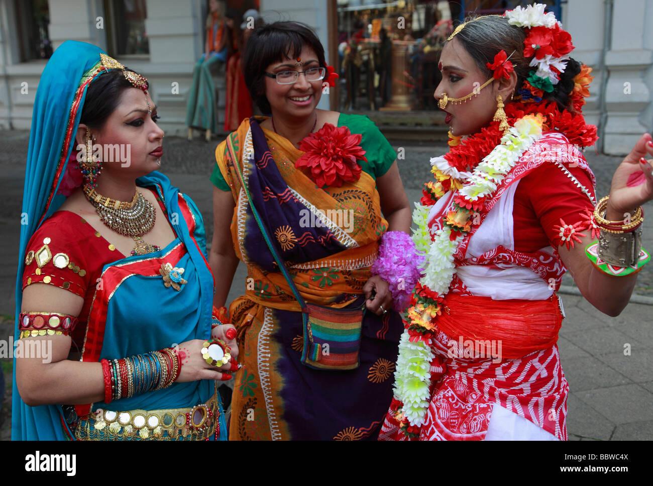 Alemania Berlín Carnaval de las culturas las mujeres indias en la vestimenta tradicional Imagen De Stock