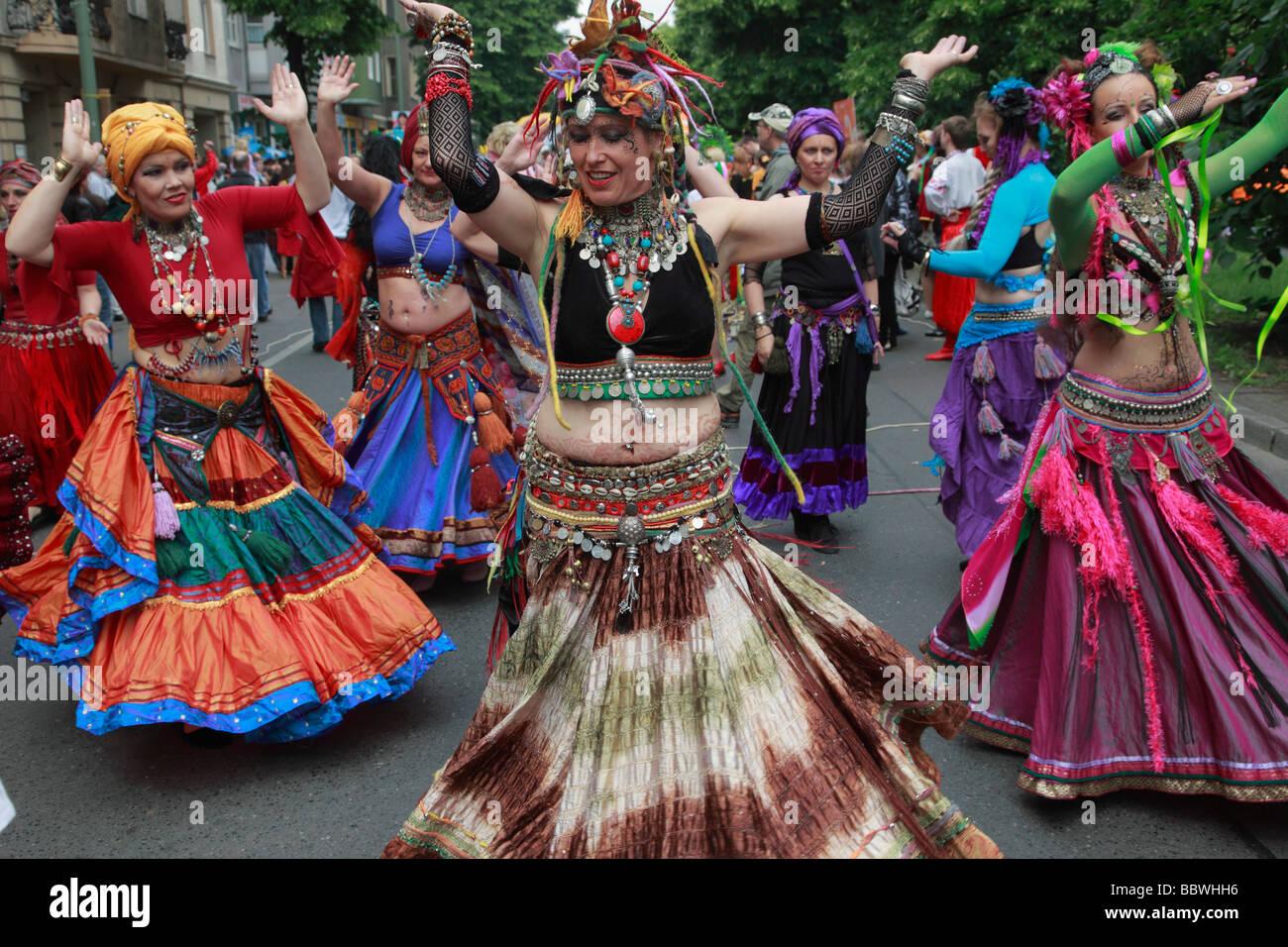 Carnaval de las Culturas de Berlín Alemania bailando mujeres Imagen De Stock