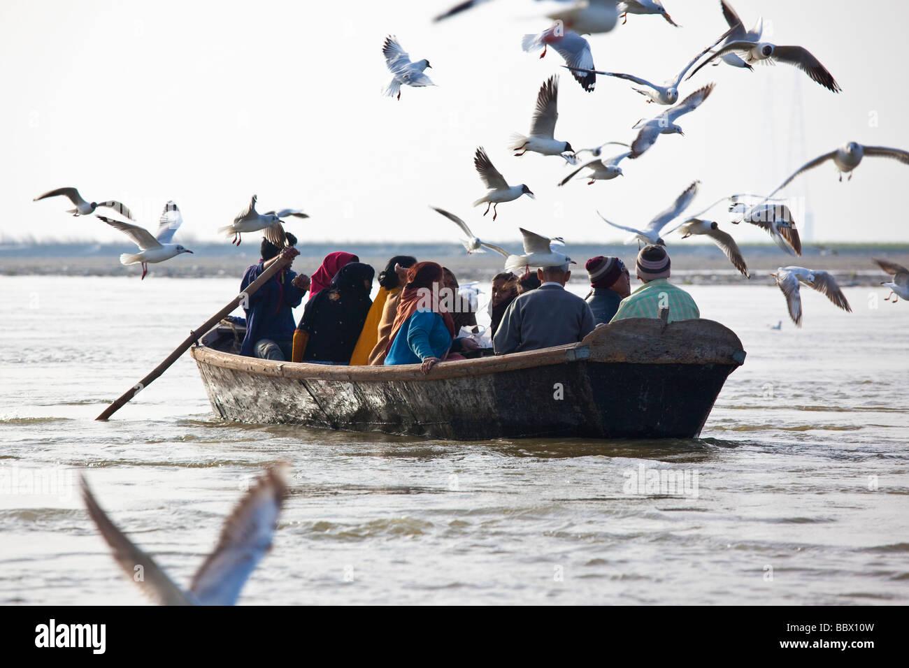 Fieles hindúes va a la confluencia del río Ganga en Allahbad India Imagen De Stock