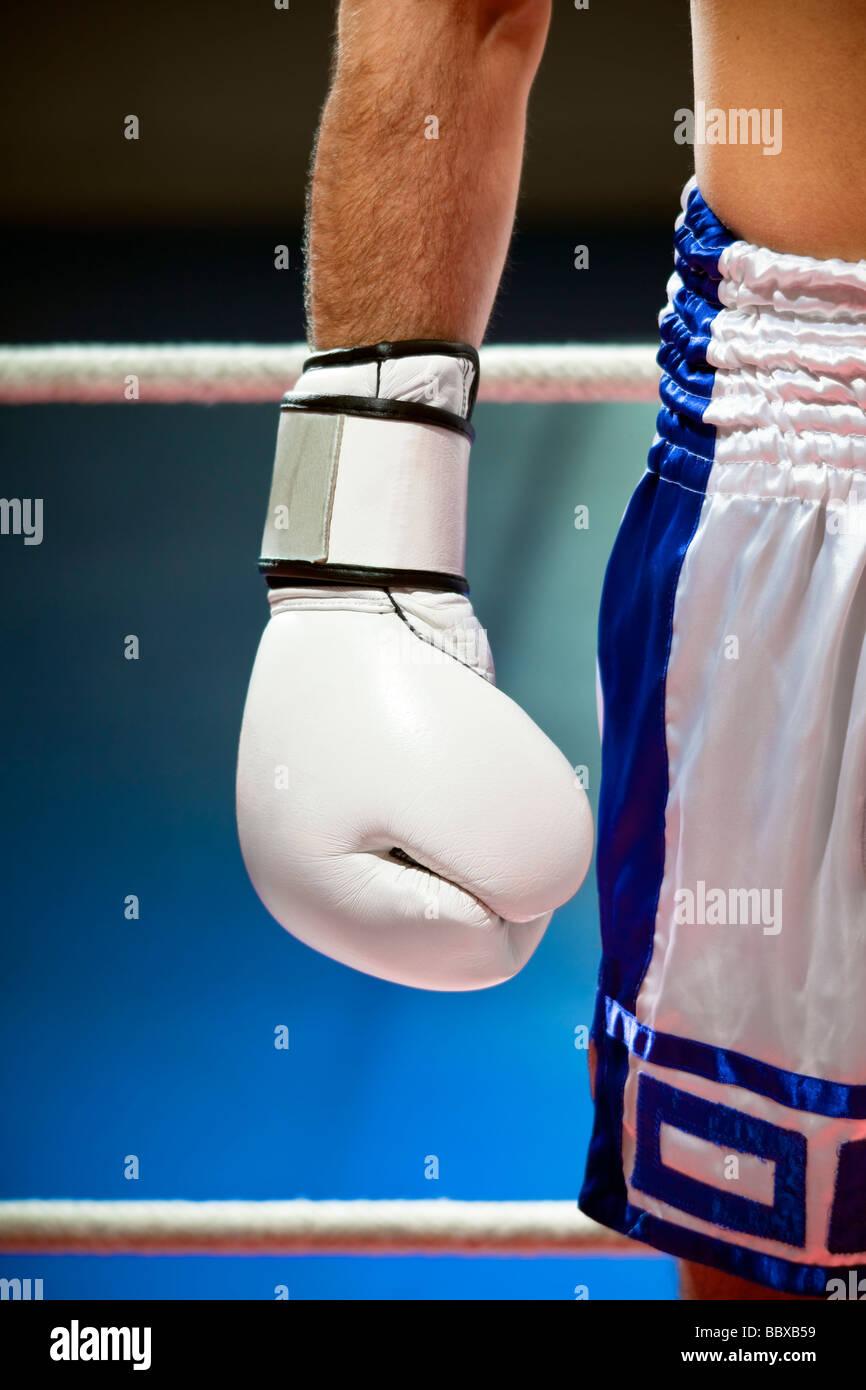 Vista recortada del hombre con guantes de boxeo de espacio de copia Imagen De Stock