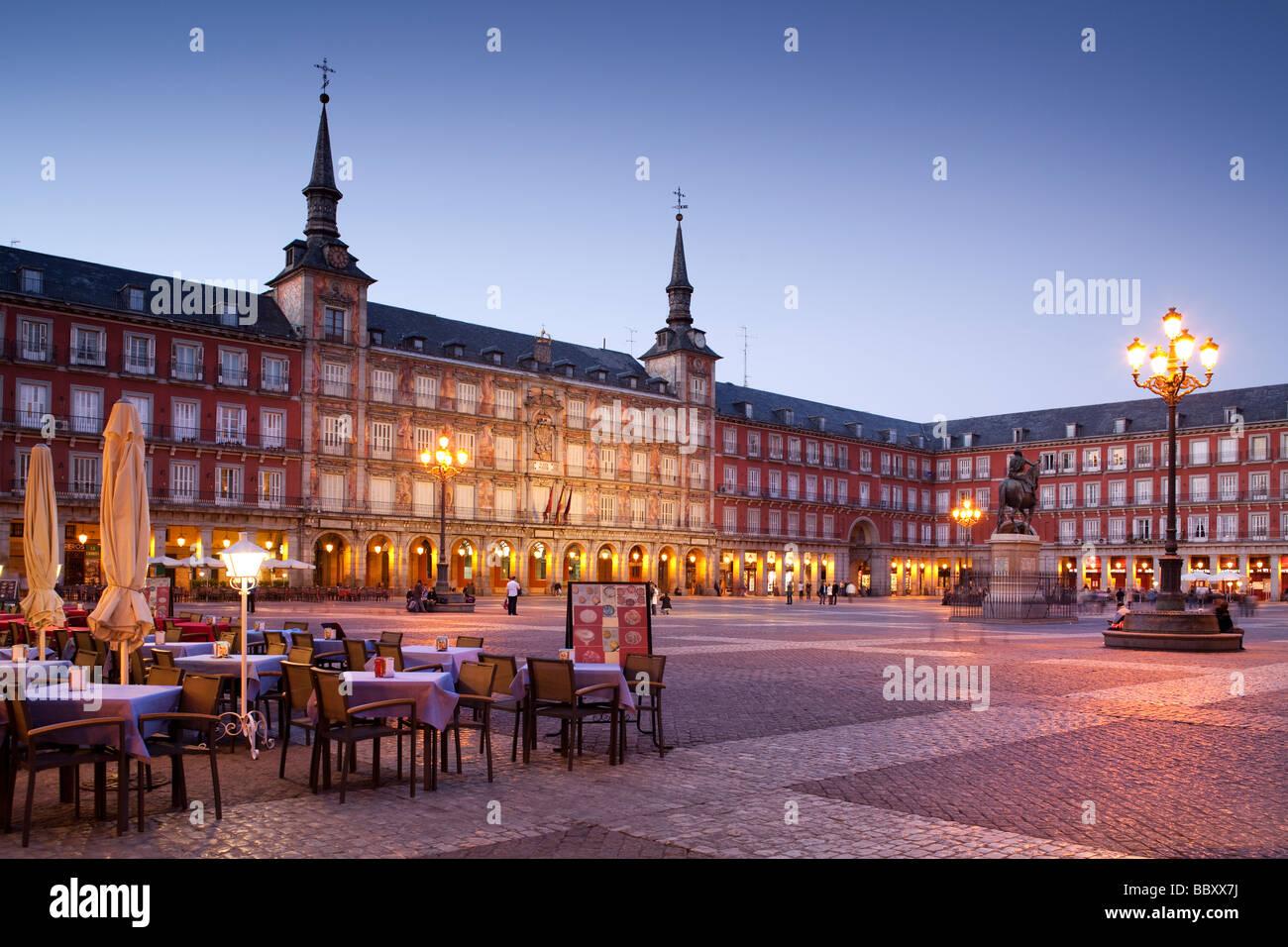 La Plaza Mayor iluminada con cafés, Madrid, España Imagen De Stock