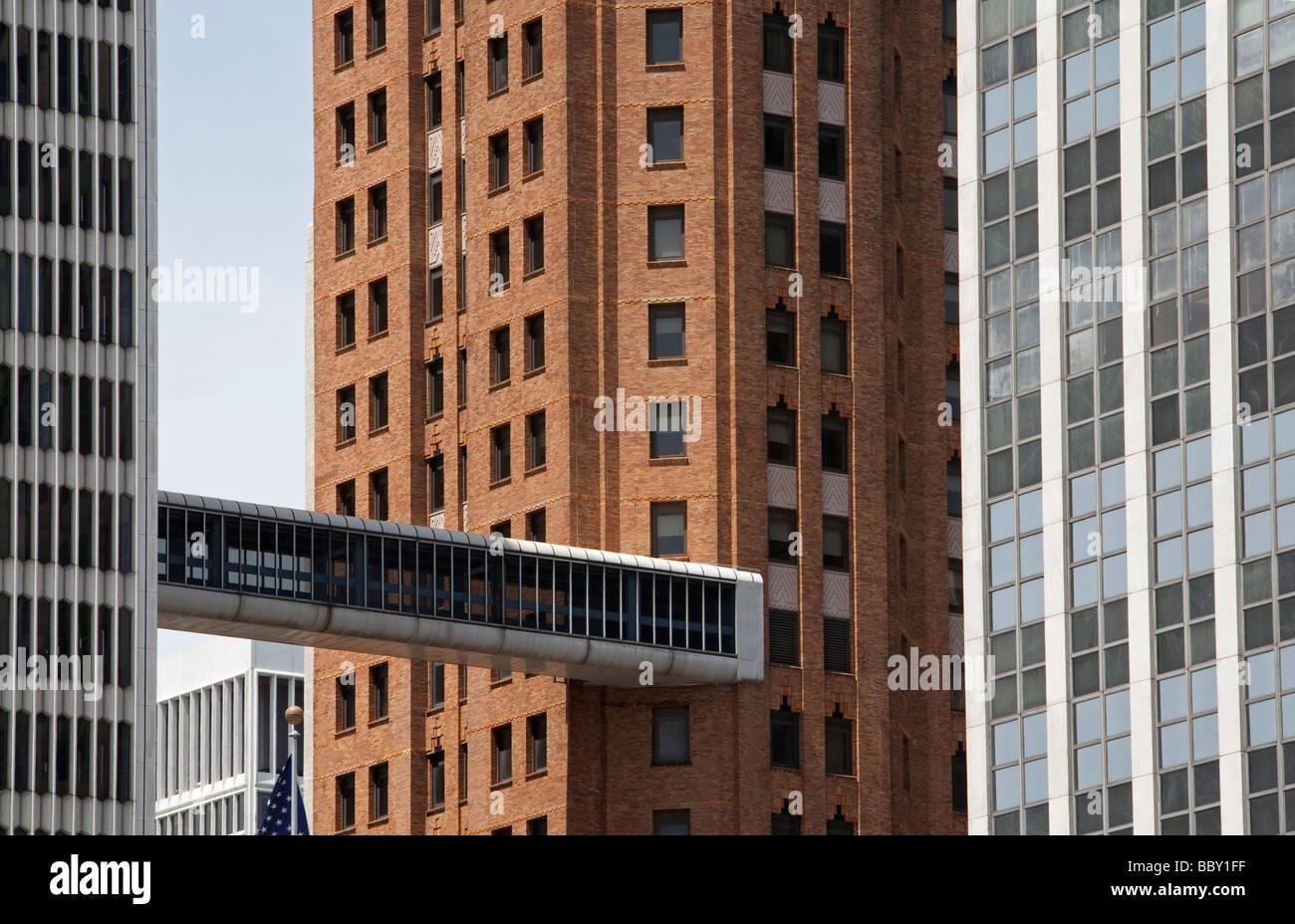 Skybridge conecta edificios históricos y modernos en Detroit. Imagen De Stock
