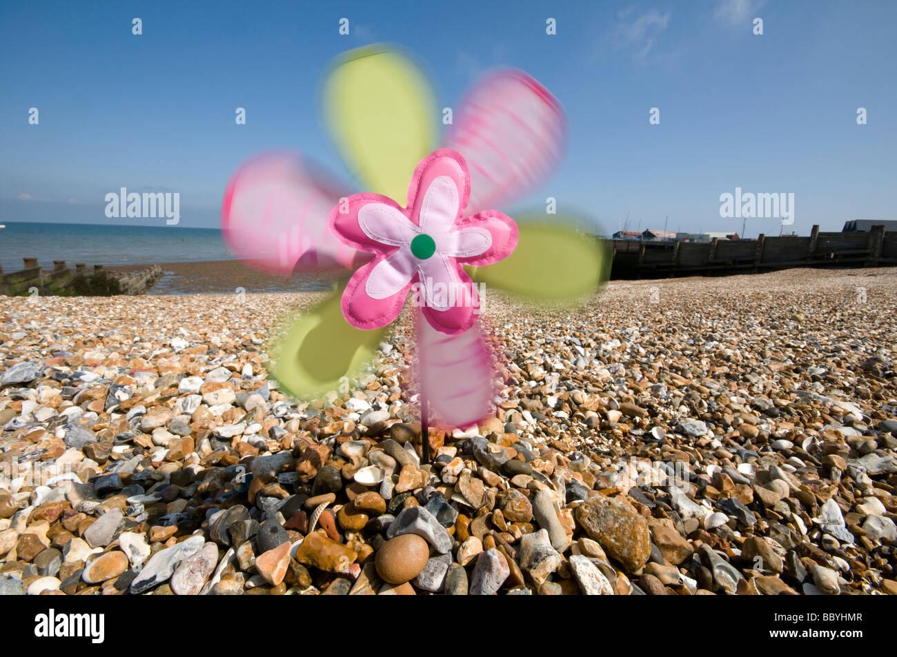 El molino de viento en la playa de piedra Inglaterra Imagen De Stock