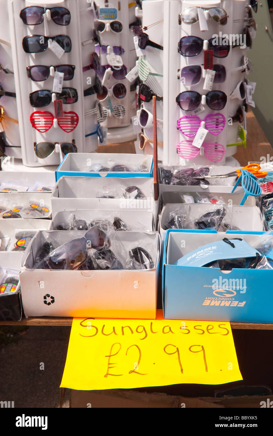 dd86c4b048 Surtido de gafas baratas para la venta en un puesto en el mercado del Reino  Unido
