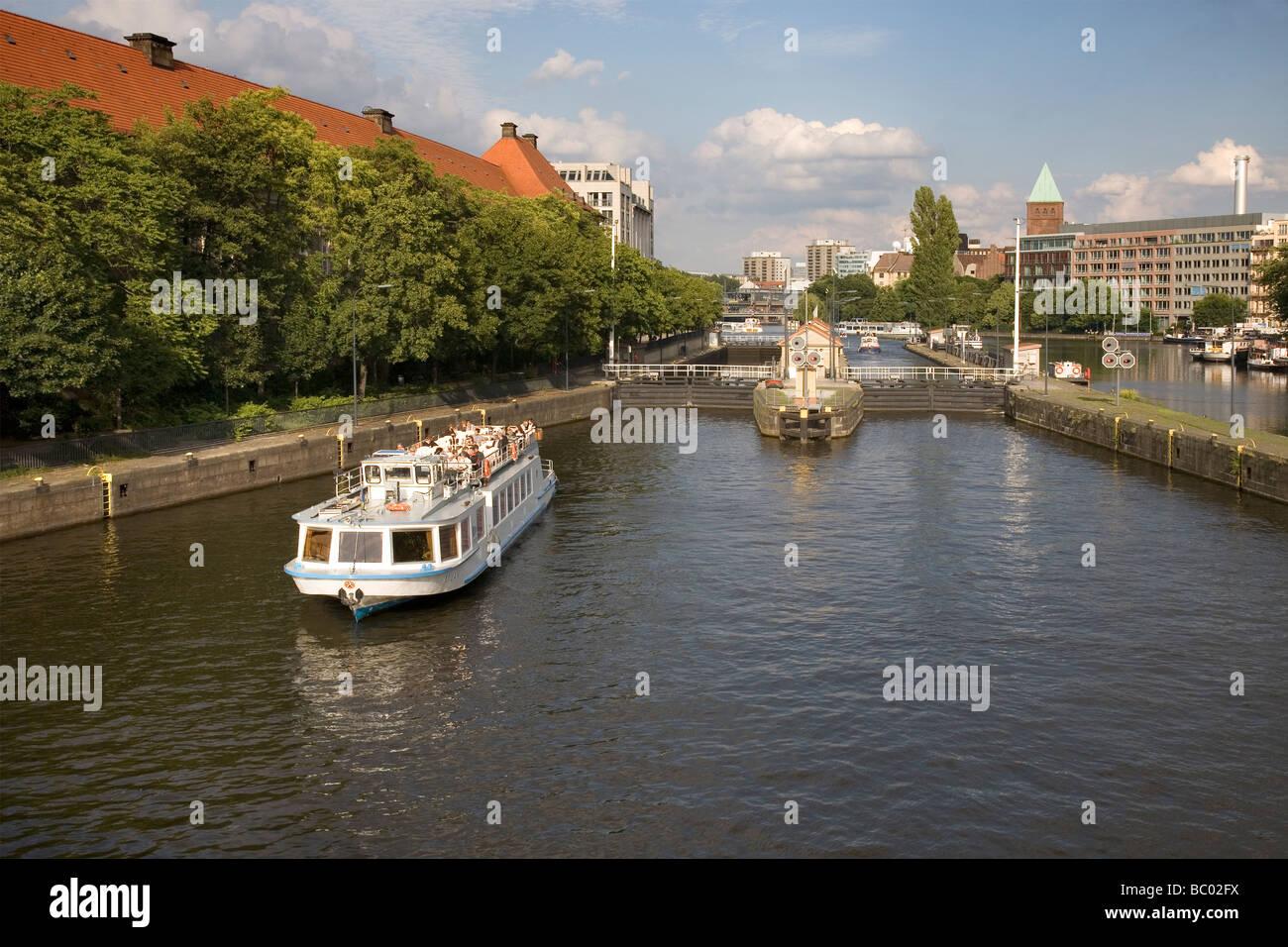 Río Spree en Mühlendamm Schleuse con barco turístico en Berlín, Alemania Foto de stock