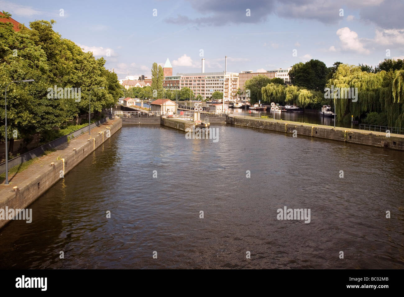 Río Spree con Mühlendamm Schleuse, Berlín, Alemania Foto de stock