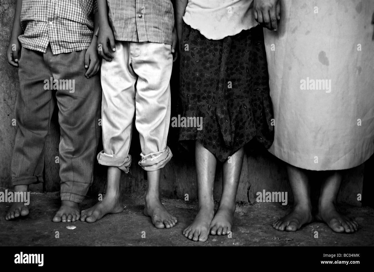 Una familia de agricultores migratorios posa para un retrato fuera de su hogar temporal para la cosecha de la caña Imagen De Stock