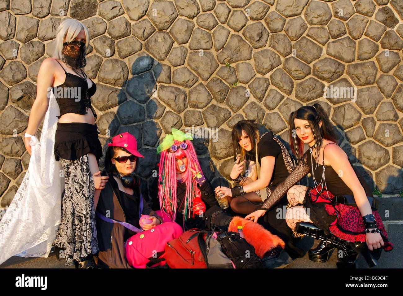 Un grupo de 5 jóvenes en refinado estridente traje de fantasía en el día Japonés en Düsseldorf 2009 Japón Tag Foto de stock