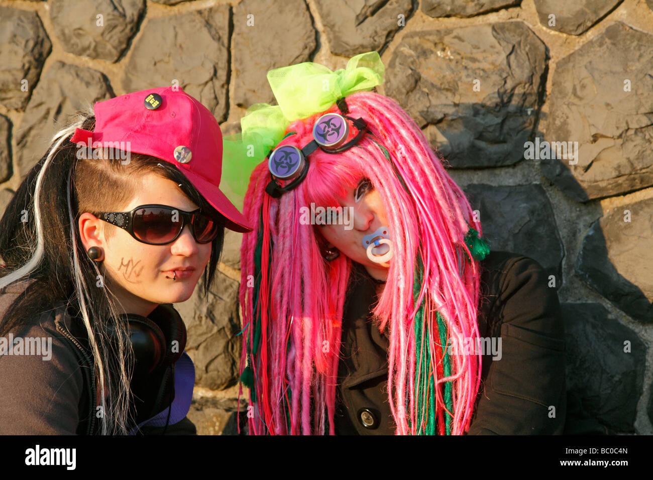 2 muchachas en traje muy estridente en el día Japonés en Düsseldorf 2009 Japón Tag Foto de stock