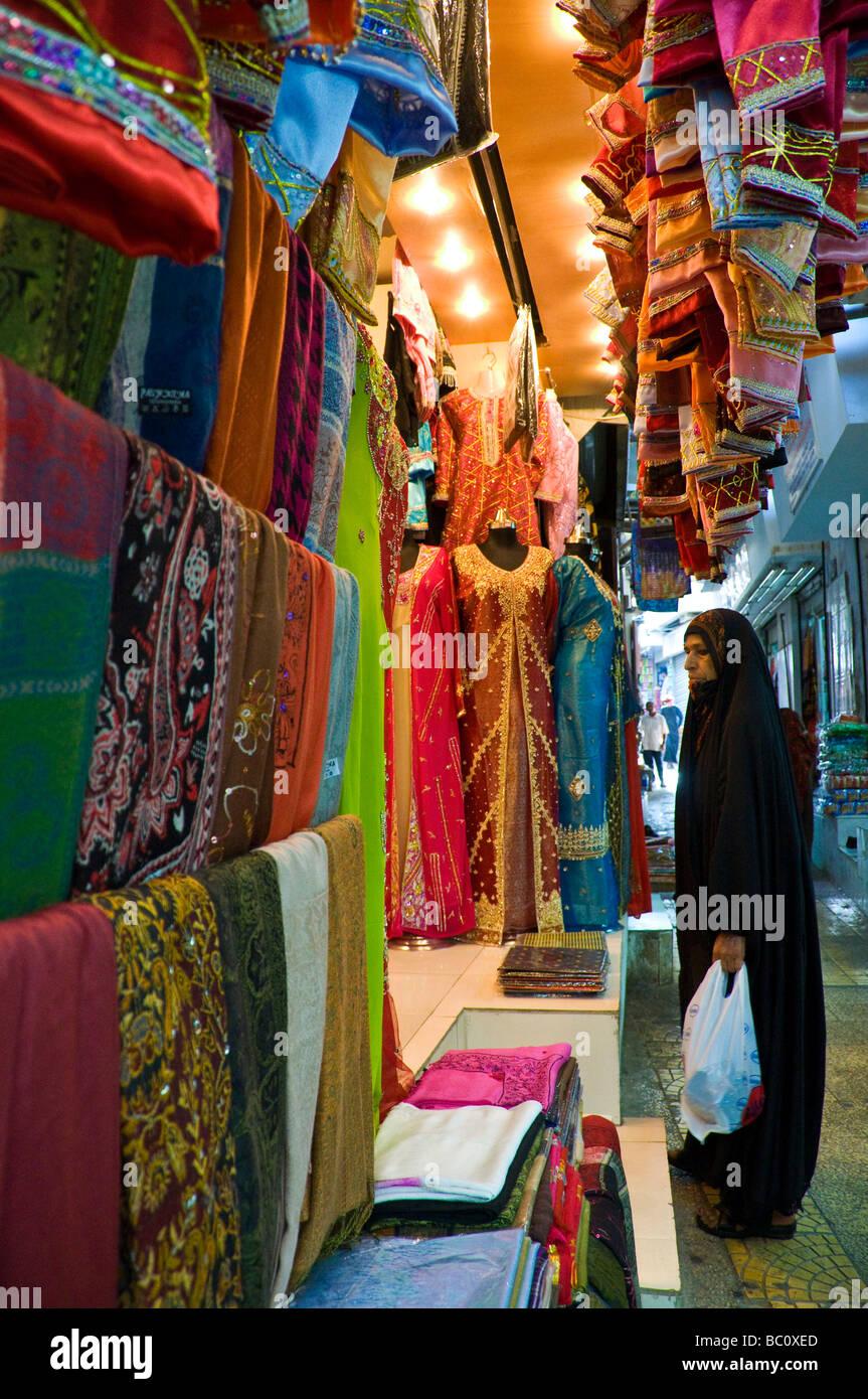 La gente local en el souk (mercado) de Mutrah, Muscat, Omán Imagen De Stock