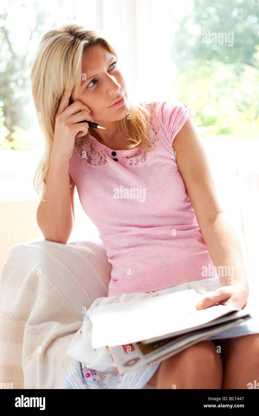 Mujer escribir carta Foto de stock