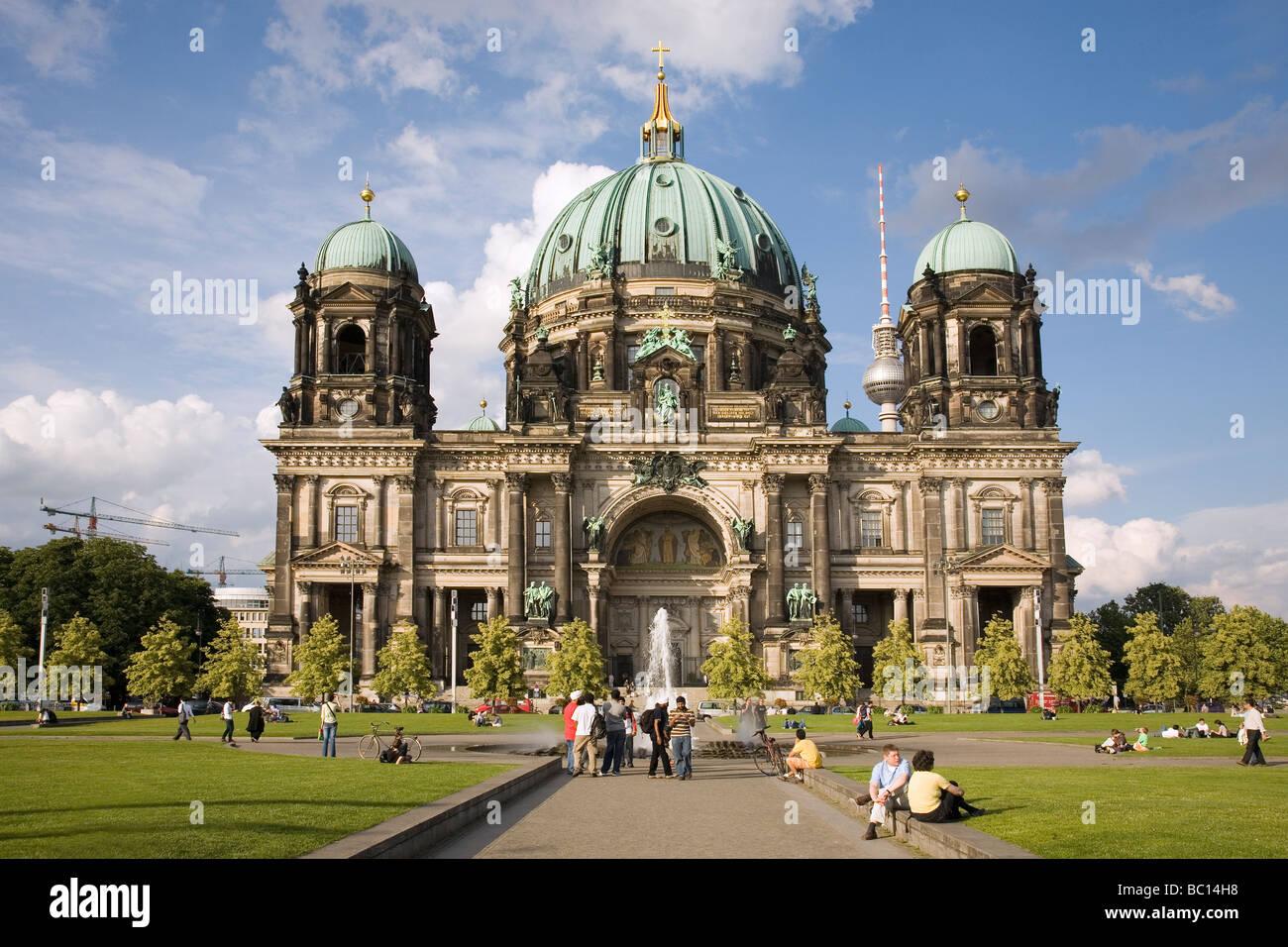 La Catedral de Berlín y Lustgarten en primer plano, Berlin, Alemania - Berliner Dom Imagen De Stock