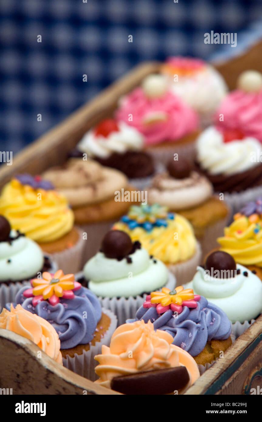 Bandeja de Cup Cakes en exhibición en un festival de comida y bebidas Derbyshire East Midlands England Reino Imagen De Stock
