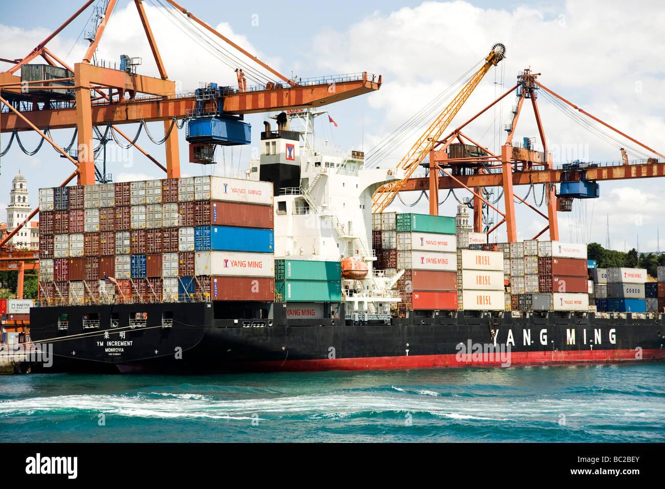 La descarga de un buque portacontenedores productos importados de China Foto de stock