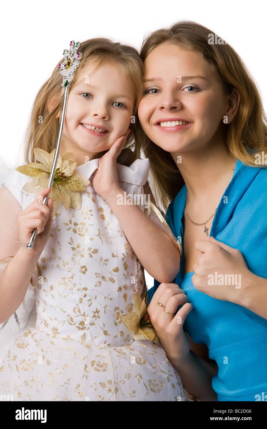 c0747958a8 madre-e-hija-hermosa-joven-vestidos -de-fiesta-y-la-varita-magica-en-la-mano-aislado-en-blanco-bc2dg6.jpg