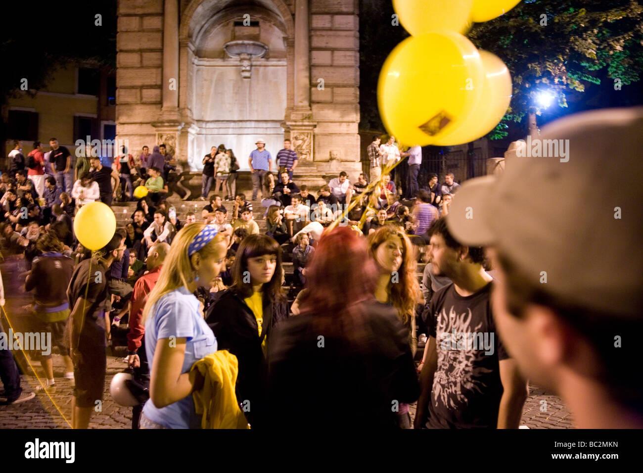 Encuentro de jóvenes en la plaza Trilussa en la noche Trastevere Roma Italia Imagen De Stock