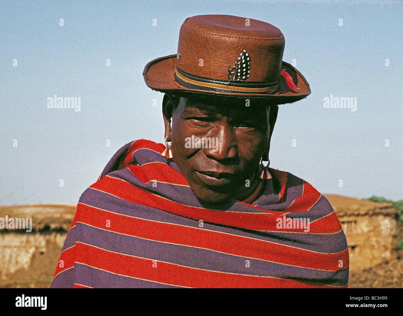 Retrato del hombre anciano massai permanente con sombrero de cuero y plumas  pintadas Sur África oriental fbd2ca696c6