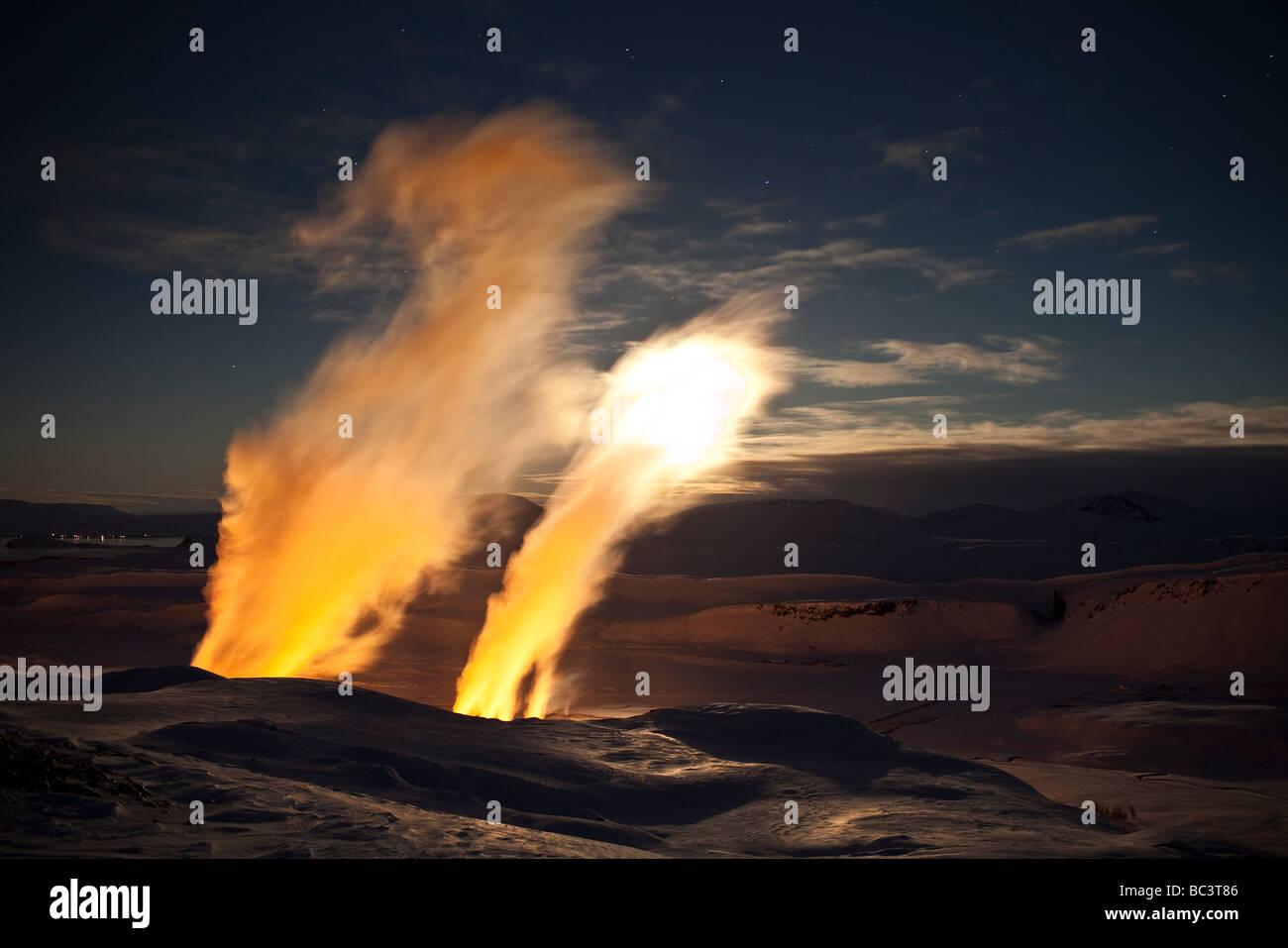 Puesta de sol de invierno con vapor de perforar agujeros en la planta de energía geotérmica de Nesjavellir, Imagen De Stock