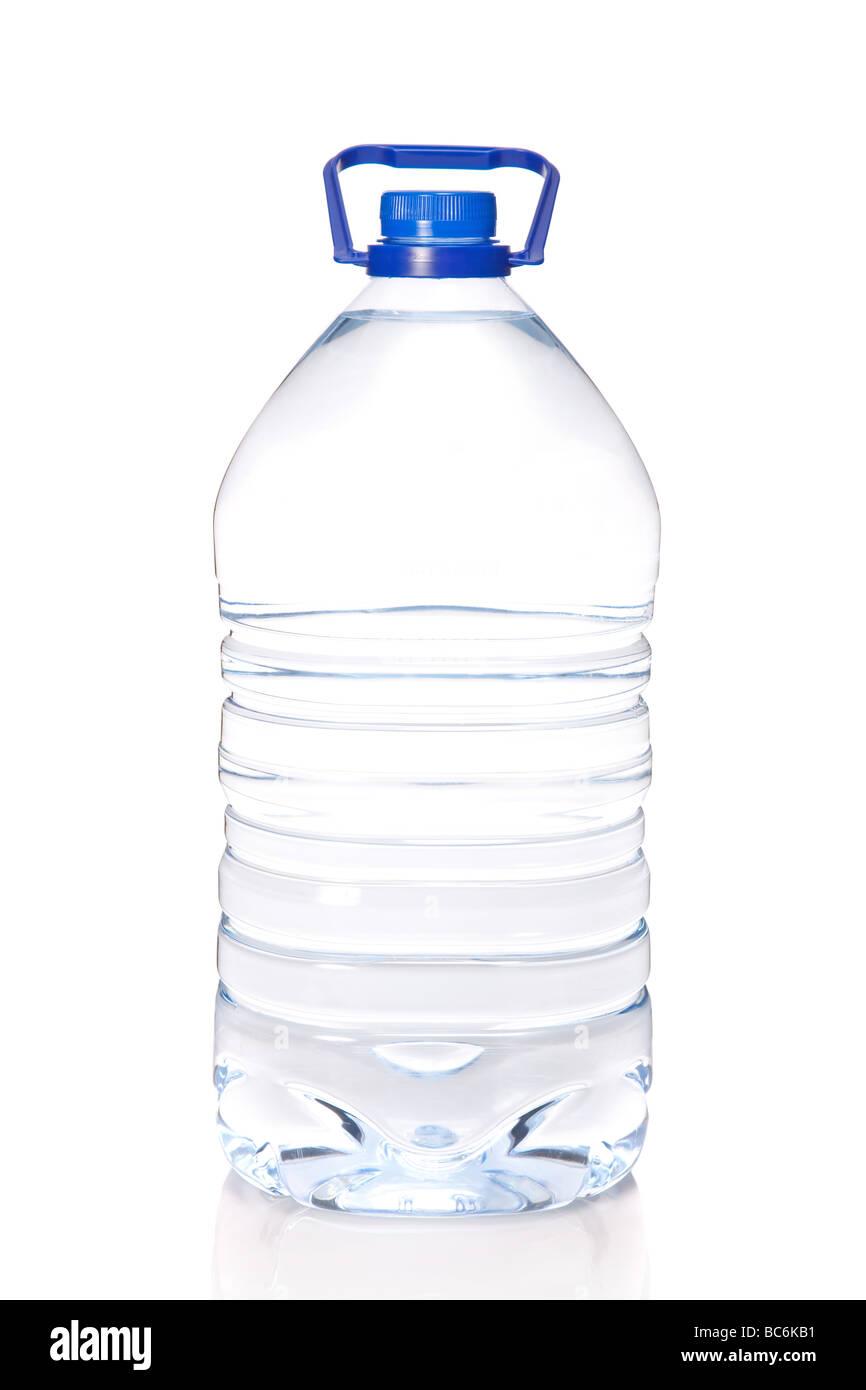Botella de agua mineral grande aislado sobre fondo blanco. Imagen De Stock