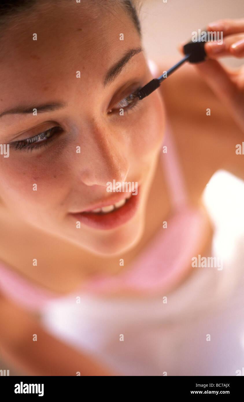 Mujer de aplicar el rímel usando un aplicador de varita Imagen De Stock